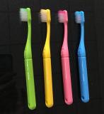 簡単な歯ブラシのハンドルの赤ん坊の使用は歯ブラシをからかう
