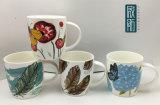 Piuma del fiore con la tazza di ceramica della farfalla