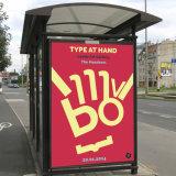 L'autobus esterno fermata la stazione che fa pubblicità al tabellone per le affissioni che fa scorrere la bandiera della casella chiara