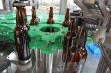 Le flacon en verre de bière capsuleuse de remplissage de lave-glace, bouchon de la Couronne en appuyant sur la machine