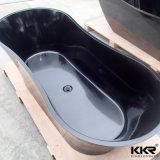 단단한 지상 까만 색깔 독립 구조로 서있는 목욕 통