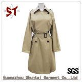 Le donne su ordinazione scaldano il cappotto di polvere del collare del vestito