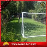 Hierba verde artificial del jardín que ajardina la hierba decorativa del césped sintetizado del césped