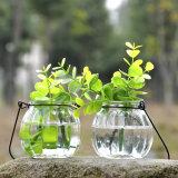 Travando pequeno vaso de vidro