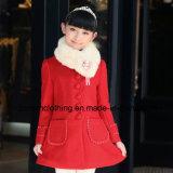 女の子の取り外し可能な毛皮カラーが付いている毛織のコートの子供の衣服