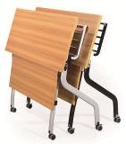 Mesa plegable y una silla para oficina con ruedas