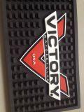 관례는 로고에 의하여 보조개가 생긴 PVC 바 컵받침을 돋을새김했다