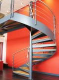 Moderner Edelstahl-gewundenes Treppenhaus mit hölzernem Jobstepp
