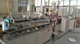 表面洗浄管か機械を作る手のクリーム色の管