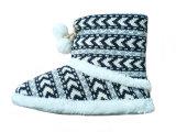 Мальчики ребенка греют крытые животные милые милые связанные ботинки снежка на зима