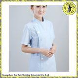 Le modèle classique soigne l'uniforme avec la chemise et le pantalon