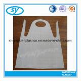 安い価格の卸売の使い捨て可能なPEのプラスチック医学の白いエプロン