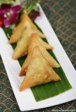 100% Hand Made Triangle Vegetable Samosas 15g / peça