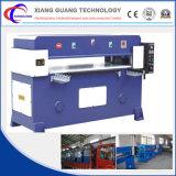 Máquina de estaca hidráulica que trabalha na folha/recipiente plásticos dos produtos