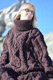 ケーブルの手によって編まれる長いウールのセーターの服