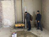Ремонт контрольных стены штукатурка минометных цемента делают машины