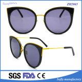 Le donne adattano gli occhiali da sole fatti a mano dell'acetato con l'obiettivo di pendenza
