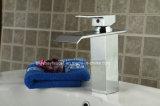 Robinet en laiton de vente de cascade à écriture ligne par ligne de salle de bains de fournisseurs de la Chine le meilleur