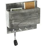 Обелить серого цвета дерева в стену слот Mail сортировщика с кольцом крюки