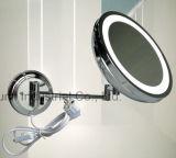 El espejo que magnifica del cuarto de baño del hotel compone el espejo