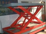 На стоящем автомобиле для тяжелого режима работы электрическая масса ножничного типа гидравлического подъемного стола