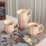 El color de rosa de cerámica del té de tarde de la cerda joven de los regalos de boda y 4 personas comen el café
