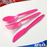 Rosafarbene Farbe PS-Plastikgriff-Tischbesteck und Tischbesteck auf Standplatz