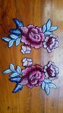 服のための刺繍の花の細部