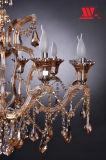 Traditioneller Kristallleuchter mit den Glasarmen