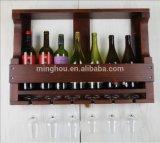 Hölzerne an der Wand befestigte Wein-Zahnstange mit Glashalter
