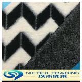 겨울 외투를 위한 뜨개질을 하는 모직 직물