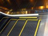Escalera móvil al aire libre del aeropuerto