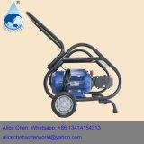 El equipo de lavado de coches con manguera de chorro de agua de alta presión