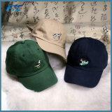 O bordado relativo à promoção ostenta o tampão de golfe dos chapéus do Snapback do boné de beisebol