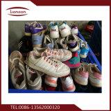 Sapatas usadas das crianças africanas exportadas