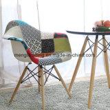 Silla de cena plástica tapizada de haya de madera de la tela de los apoyabrazos modernos del remiendo