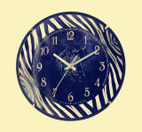 Quartz noir comme horloge murale en bois analogique