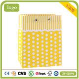 Мешок подарка искусствоа магазина одежды желтого цвета точечного растра польки бумажный