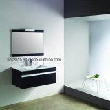 Подниматься вверх по шкафам ванной комнаты с зеркалом и керамическим тазиком