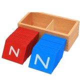 Los niños de madera de aprendizaje de la educación Montessori letras de alfabetos del papel de lija