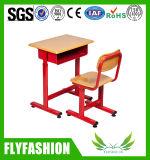Escritorio y silla del estudiante de la escuela solos