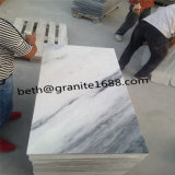 曇った灰色の大理石の壁の大理石を特定のサイズにカットしなさい