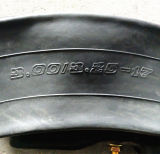 手の感じの柔らかく及び快適で自然なButylオートバイのタイヤおよび管(3.25-16)