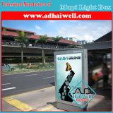 太陽エネルギーClpのバス待合所の広告のライトボックスの表示