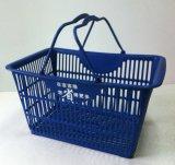 La cesta plástica de las compras con la manija para la tienda al por menor y las mercancías de Spermarket caseras llevan estafa