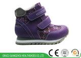 青か紫色の子供のスポーツはNon-Slipping Outsoleの平らなフィートの防止の運動靴に蹄鉄を打つ