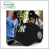 Gorra de béisbol promocional del llano del algodón del regalo con diversa insignia