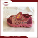 女性はフィリピンにエクスポートされた靴を使用した