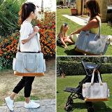 A almofada 2017 em mudança do bebê com carrinho de criança prende com correias o saco de couro do tecido