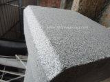 暗い灰色の花こう岩の立方体の石の縁石の石造りの敷石
